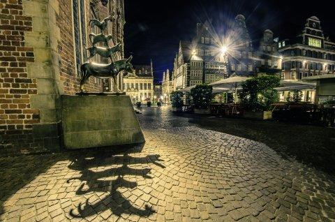 Die Bremerstadtmusikanten bei Nacht.