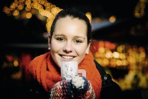 Frau mit Glühwein auf dem Bremer Weihnachtsmarkt