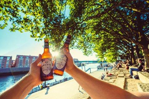 Anstoßen mit Union-Bier an der Slachte