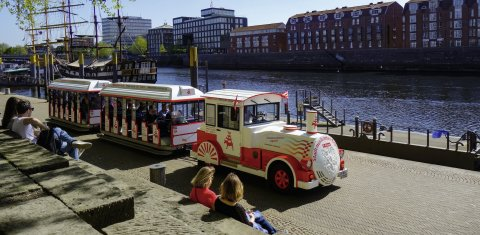 Der Stadtmusikantenexpress fährt auf seiner Stadtrundfahrt direkt über die Weserpromenade Schlachte.