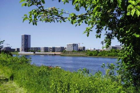 Blick über die Weser vom Stadtteil Rablinghausen aus auf die modernen Gebäude der Bremer Überseestadt
