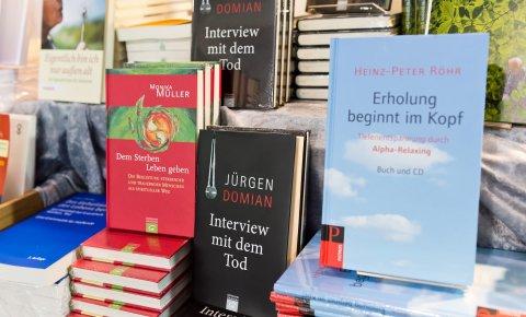 Zahlreiche Bücher rund um die Themen Tod und Sterben.