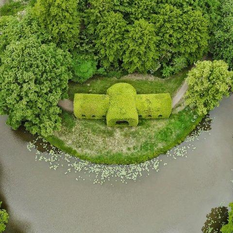Luftaufnahme zeigt begrünten Pavillon im Bürgerpark