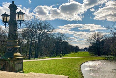Im Bürgerpark gehen Leute spazieren, die Sonne scheint.