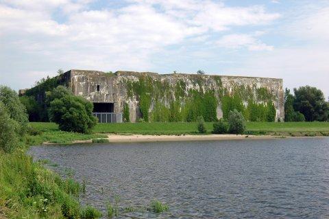Blick auf den Bunker Valentin, im Vordergrund ist die Weser zu sehen.