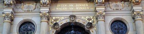 """Schriftzug """"buten und binnen, wagen un winnen"""" über dem Eingang des Schütting"""