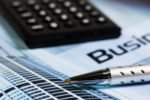 Taschenrechner und Stift (Quelle: pixabay.com)