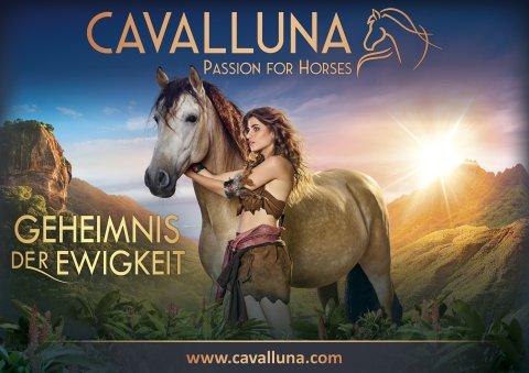 Zu sehen ist eine Frau mit einem Pferd. Im Hintergrund befinden sich Berge.