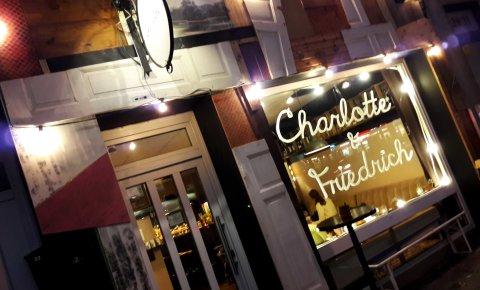 Fassade von Café und Bar Charlotte Gainsbourg