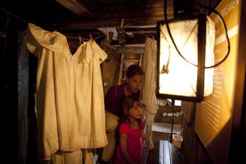 Eine Frau und ein Kind in einer Schiffskabine