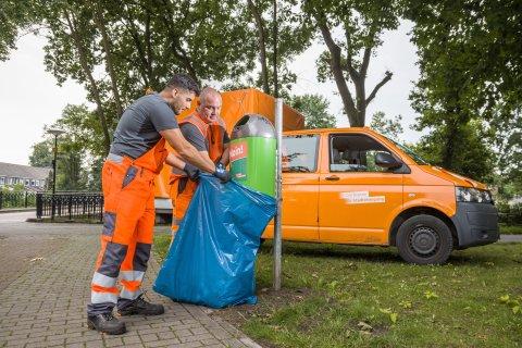 Zwei Männer sorgen für Sauberkeit
