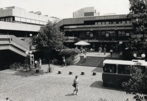 Zu sehen ist der Zentralbereich der Universität Bremen. Damals noch ohne die Glashalle. Das Foto wurde in Schwarz-Weiß aufgenommen.