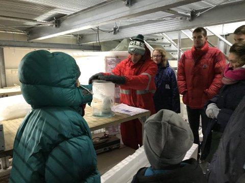Eine Gruppe in Winterkleidung vor einer Eisprobe