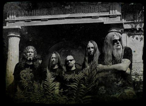 Die fünf Bandmitglieder stehen vor einem Krematorium und tragen Sonnenbrillen.