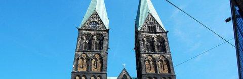 Die beiden Kirchtürme des Bremer Doms vor blauem Himmel; Quelle: bremen.online GmbH / Robers
