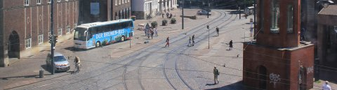 Die Domsheide ist einer der wichtigsten Verkehrsknotenpunkte in Bremen, an dem sich zahlreiche Straßenbahn- und Buslinien kreuzen.