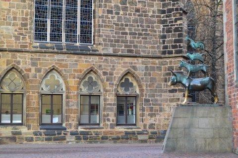 Die Statue der Bremer Stadtmusikanten an der Westseite des Rathauses.