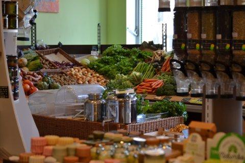 Abegebildet ist das Sortiment von Selfair. Man sieht frisches Gemüse, die Abfüllstation und Seifen.