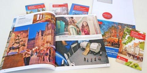 Broschüren aus dem Infopaket der Tourismus-Experten liegen verteilt auf dem Tisch.