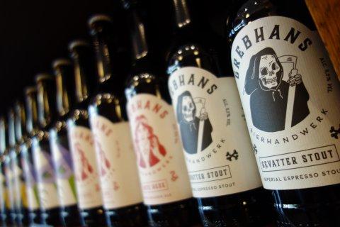 Mehrere Flaschen von Grebhans Bier aufgereiht in einem Regal