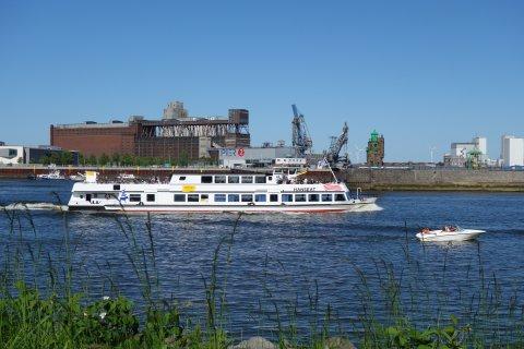 Weser- und Hafenrundfahrt vor der Kulisse der riesigen Getreideverkehrsanlage aus Backstein