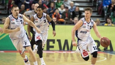 Drei Basketballspieler am spielen.