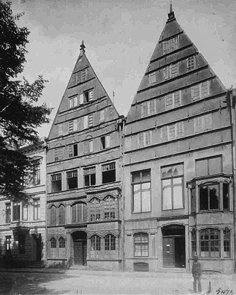 Zu sehen ist eine schwarz-weiß Aufnahme der Hausfassade von Friedrich Engels in der Martinistraße.