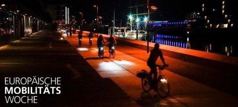 Fahrradfahrer bei Nacht auf der Promenade am Europahafen in der Überseestadt