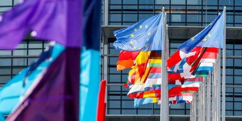 Bunte Flaggen vor einem Gebäude