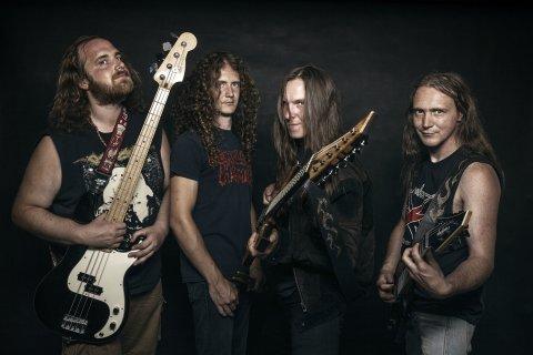 Die vier Bandmitglieder stehen vor einem schwarzen Hintergrund und halten ihre Gitarren ins Bild.
