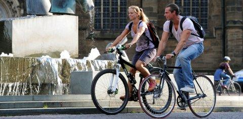 Mann und Frau fahrem am Domshof mit dem Rad