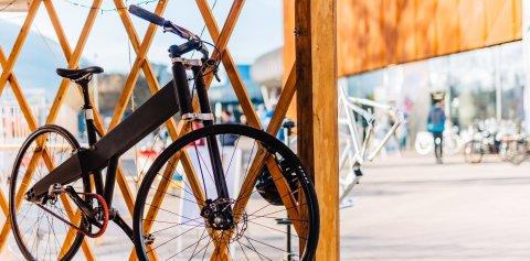 Ein Fahrrad hängt im Holzgitter