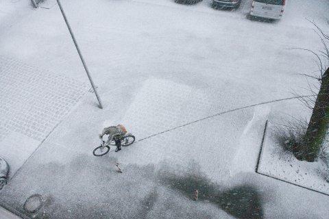 Blick von oben auf schneebedeckten Parkplatz mit Fahrradfahrer; Quelle: WFB/T. Vankann