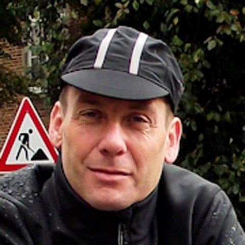 Portrait eines Mannes mittleren Alter mit Radfahrermütze