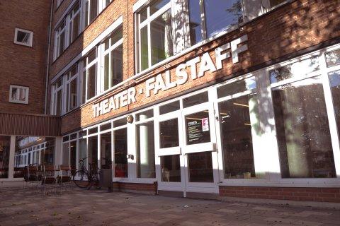 Eine Fassade mit Fensterfront und Tür und der Aufschrift 'Theater Falstaff'; Quelle: privat/MDR