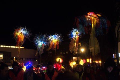 Bunte Figuren auf Stäben beim Feuerfestival.