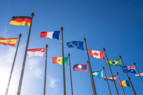 Wehende Flaggen vor blauem Himmel.