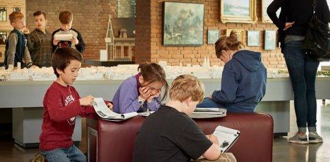 Eine Kindergruppe informiert sich in einem Museum