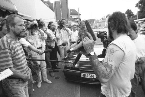Die Aufnahme zeigt einen Geiselnehmer vor Presseleuten