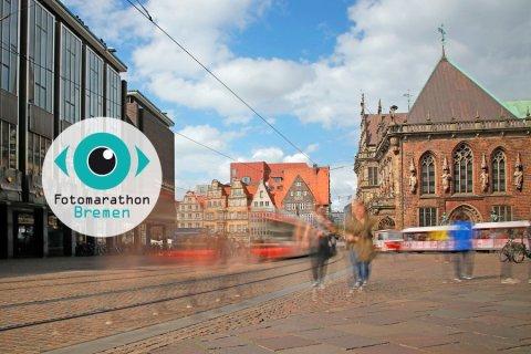 Blick auf den Marktplatz mit regem Straßenbahnverkehr und Menschen.