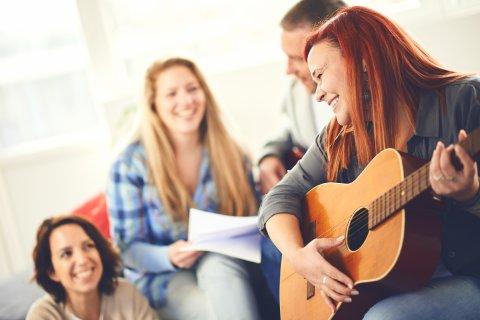 Eine kleinere Gruppe Männer und Frauen macht gemeinsam Musik