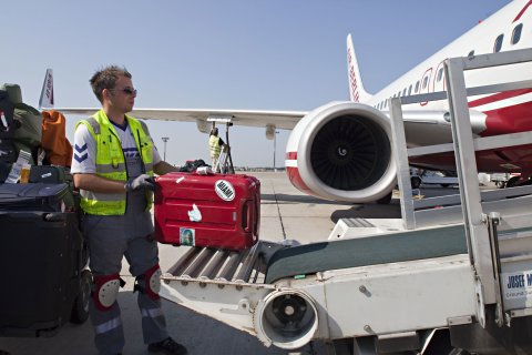 Gepäckverladung am Flughafen Bremen