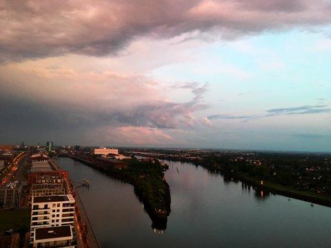 Dramatische Wolken über der Überseestadt