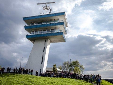 Vor einem Ausblickturm tummelt sich eine Menschenmenge.