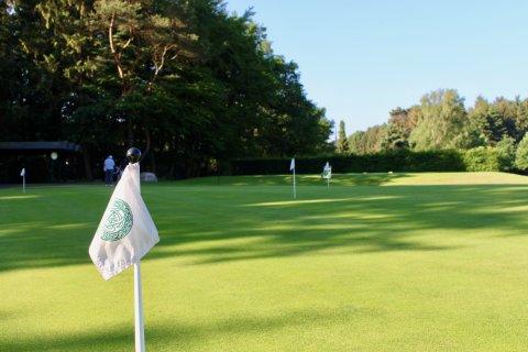 Die Fahne des Golfclubs zur Vahr markiert das Hole.