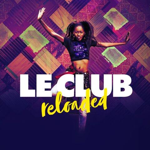 """Zu sehen ist das Werbeplakat für """"Le Club reloaded"""". In der Mitte ist eine Darstellerin des Stücks zu sehen. Sie springt nach oben und hat die Arme abgespreizt."""