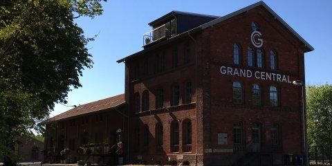 Ein alter Bahnhof aus rotem Backstein, in dem die Eventlocation Grand Central untergebracht ist