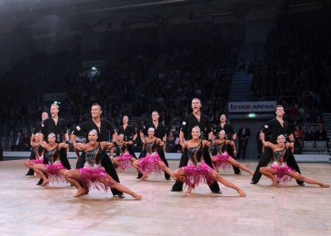 Tänzerinnen und Tänzer beim Tanzen.
