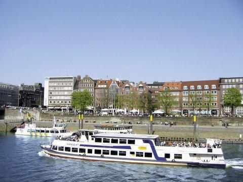 Ein großes Schiff fährt auf der Weser.