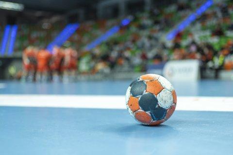 Ein Handball auf einem Hallenboden